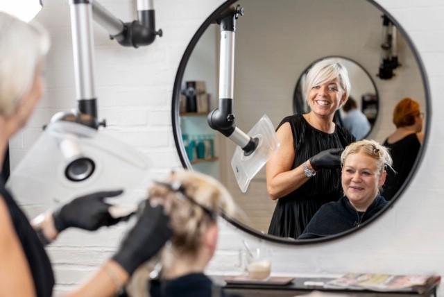 Velkommen til frisør Cassiopeia Vi er din frisørsalon i hjertet af Vejle C. Vi er et team af både unge og rutinerede frisører. Vi sætter dig i fokus – med gode råd og vejledning. BOOK TID ONLINE